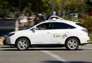 Carro autônomo da Google trafega na frente da sede da companhia na Califórnia Foto: David Paul Morris / Bloomberg
