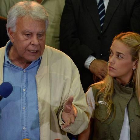 Chegada marcante. O ex-chefe de governo espanhol Felipe Gonzalez conversa com Lilian Tintori, mulher do ex-prefeito Leopoldo Lopez, preso desde o ano passado Foto: FEDERICO PARRA/AFP