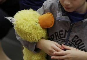 Criança espera Papa Francisco em audiência com profissionais da saúde e crianças com autismo no Vaticano, em 22 de novembro de 2014 Foto: Gregorio Borgia / AP