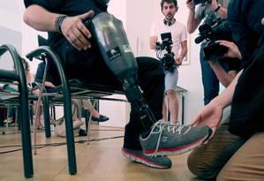 Wolfgang Rangger apresenta sua perna artificial sensível para a imprensa em Viena Foto: Ronald Zak / AP
