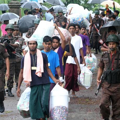 Imigrantes encontrados à deriva no mar são repatriados através da fronteira entre Bangladesh e Mianmar Foto: STR / AFP