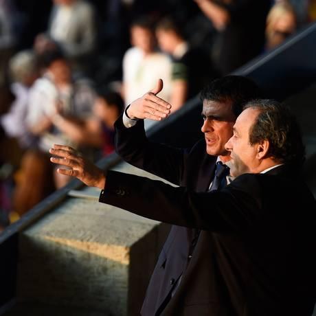 Primeiro-ministro francês, Manuel Valls, e o presidente da UEFA, Michel Platini (à dir.) conversam antes do jogo entre Juventus e Barcelona, no estádio olímpico em Berlim Foto: ODD ANDERSEN / AFP