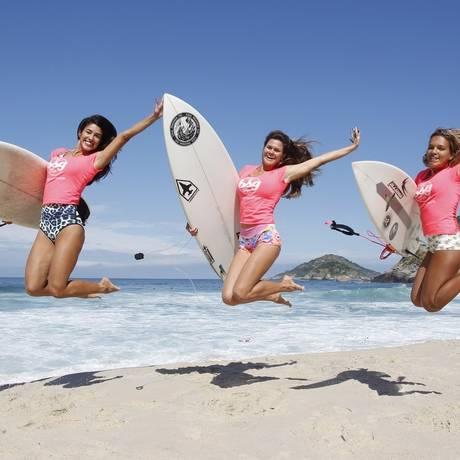 Brasil Surf Girls. Danny Langer, Mariana Vervloet e Raíssa Fernandes fazem parte do projeto Foto: Eduardo Naddar / Agência O Globo