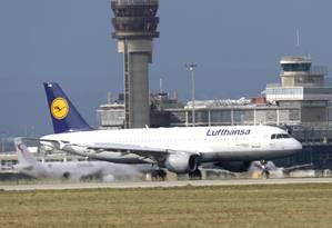 Aeronave da Lufthansa pousa na França Foto: Lionel Cironneau / AP