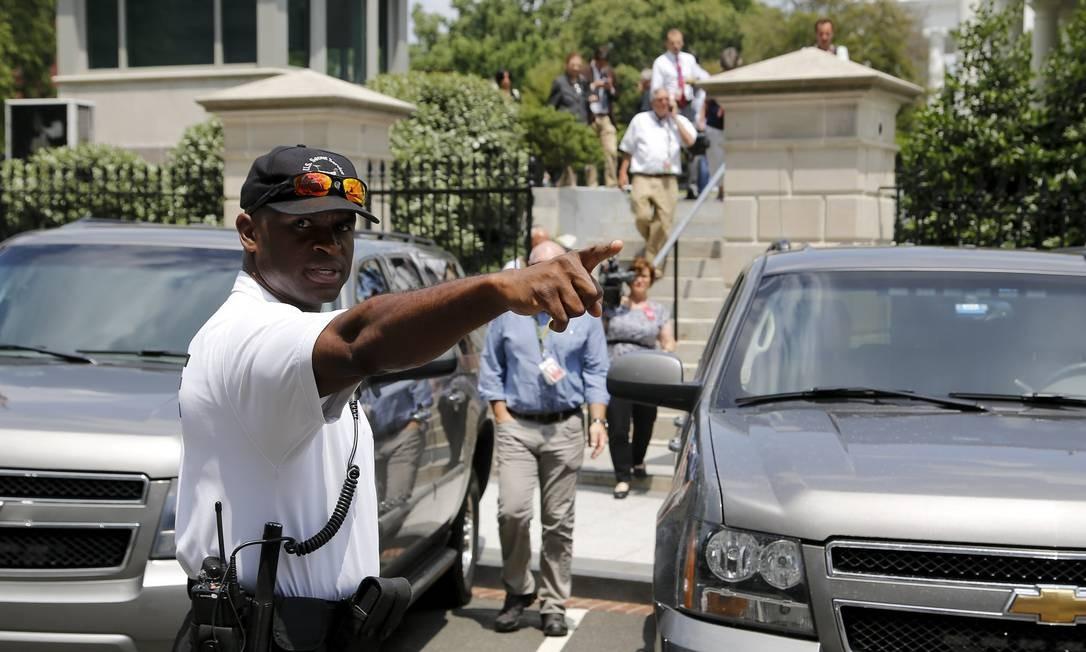 Policial orienta jornalistas a se afastarem da Casa Branca Foto: JONATHAN ERNST / REUTERS