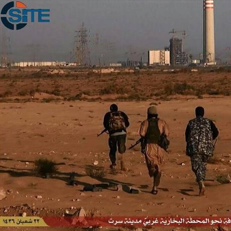 Vídeo do Estado Islâmico líbio mostra jihadistas nos arredores de Sirta Foto: AFP