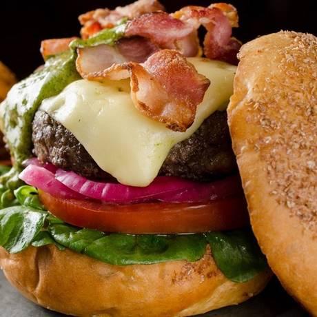 Burger Kobe. A opção do Via Sete traz 220 gramas de kobe e é acompanhada de batatas fritas rústicas (R$ 56) Foto: Divulgação/Lipe Borges