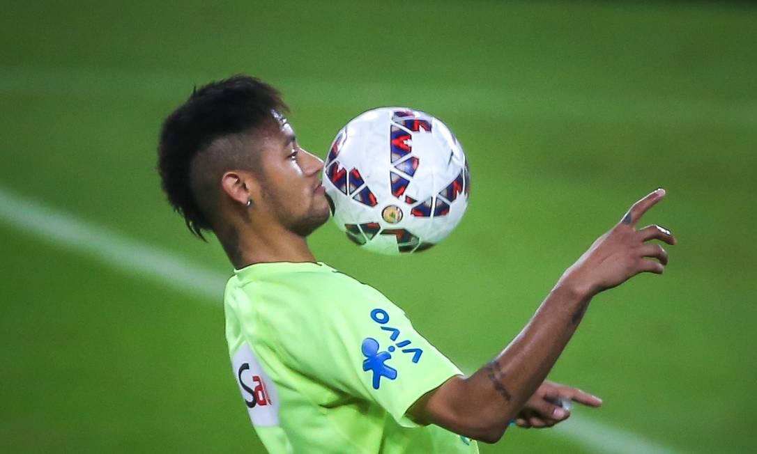 Neymar controla a bola no treino da seleção no Beira-Rio JEFFERSON BERNARDES / AFP