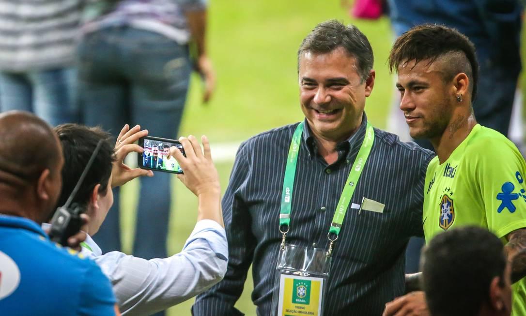 O camisa 10 da seleção não economizou fotos ao lado dos fãs JEFFERSON BERNARDES / AFP