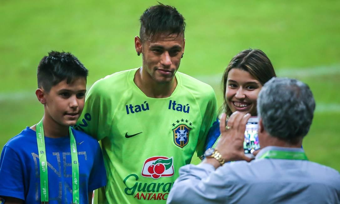 Três dias após ganhar a Liga dos Campeões pelo Barça, Neymar foi o mais assediado no treino da seleção JEFFERSON BERNARDES / AFP