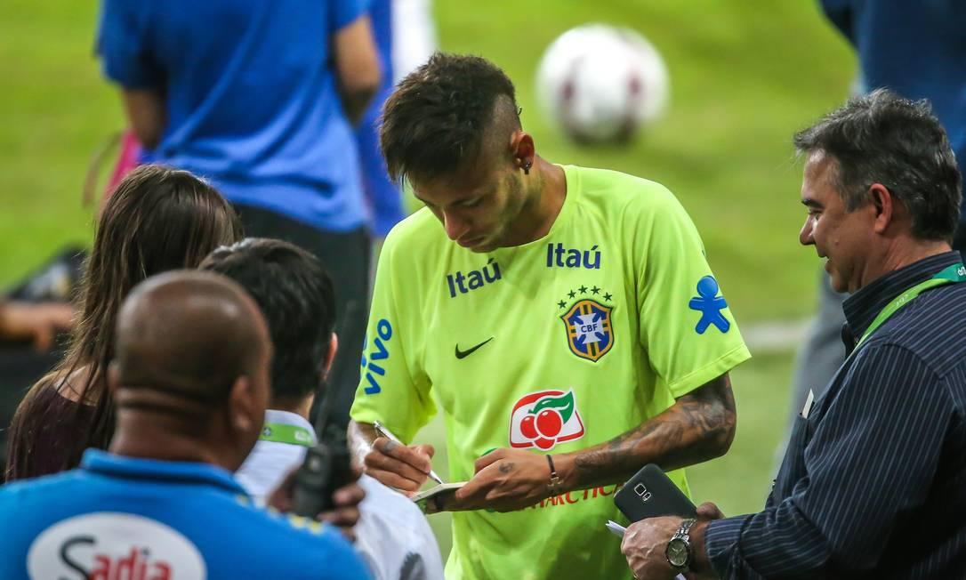 Cena comum após o treino no Beira-Rio: Neymar para para dar autógrafos JEFFERSON BERNARDES / AFP