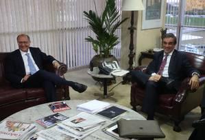 O governador de São Paulo, Geraldo Alckmin, e o ministro da Justiça, José Eduardo Cardozo, durante reunião para tratar sobre maioridade penal Foto: ANDRE COELHO / Agência O Globo
