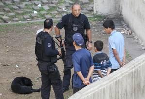 Policiais abordam adolescentes atrás do shopping Light, no Vale do Anhangabau Foto: Michel Filho / Agência O Globo