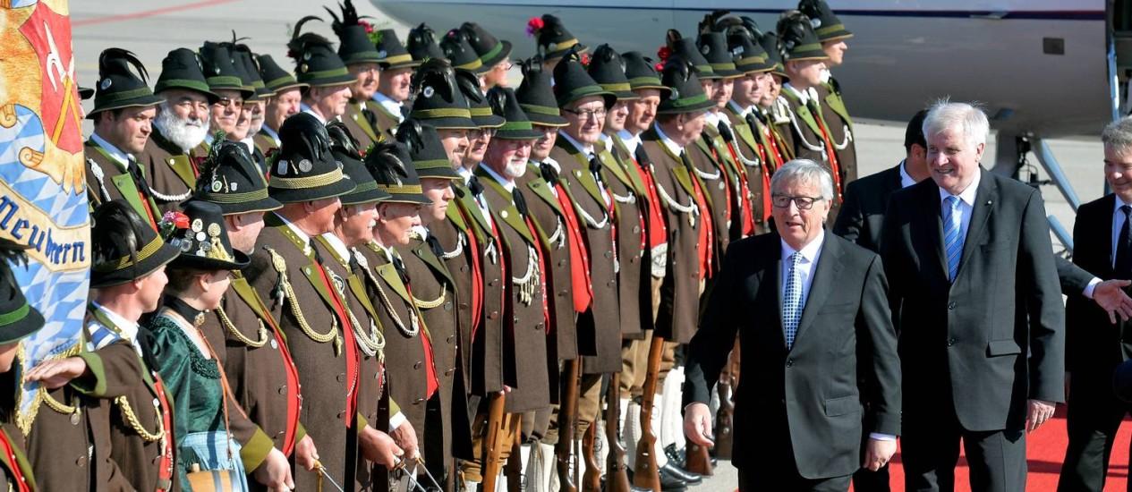 Passos curtos. No centro, o presidente da Comissão Europeia, Jean-Claude Juncker: diálogo com Cuba e Venezuela Foto: Kerstin Joensson/AP