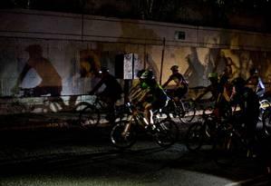 Juntos contra o crime. Ciclistas pedalam na noite de Caracas: organizadores comunitários usam encontros noturnos para combater insegurança Foto: Fernando Llano / Fernando Llano/AP