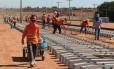 Operários trabalham em trecho da ferrovia Norte-Sul em foto de 15/05/2014