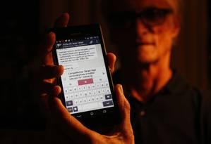 Carlos Augusto d'Aguiar, há 15 no Alcoólicos Anônimos (AA), faz parte de vários grupos no WhatsApp Foto: Domingos Peixoto / Agência O Globo