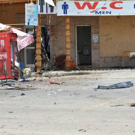 Restos do corpo do homem-bomba permanece no chão, em frente a lojas de turismo em Luxor, no Egito Foto: STRINGER/EGYPT / REUTERS