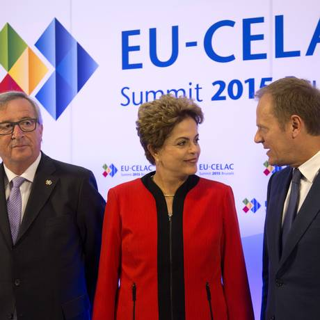 Dilma Rousseff entre o presidente da Comissão Europeia, Jean-Claude Juncker, e do Conselho Europeu, Donald Tusk, na chegada à cúpúla Foto: Virginia Mayo / AP