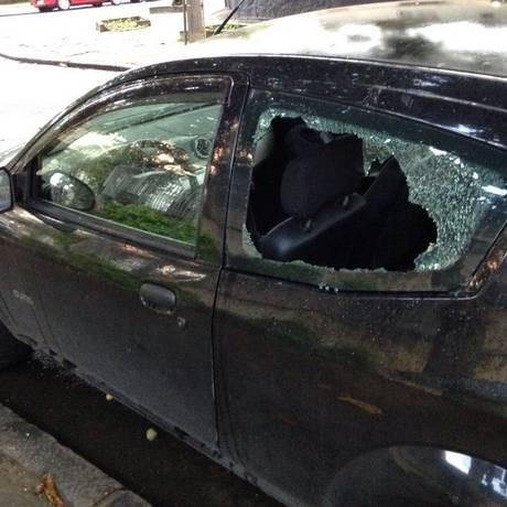 Cena comum. Carro amanhece com o vidro quebrado na Rua Araxá Foto: Divulgação / AMGRA