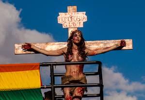 'Basta de homofobia': atriz Viviany Beleboni encena crucificação de Jesus na 19ª Parada Gay de São Paulo Foto: STRINGER/BRAZIL / REUTERS