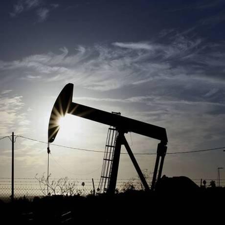 Campo de exploração de petróleo em terra Foto: Bloomberg/19-10-2012 / Patrick Fallon