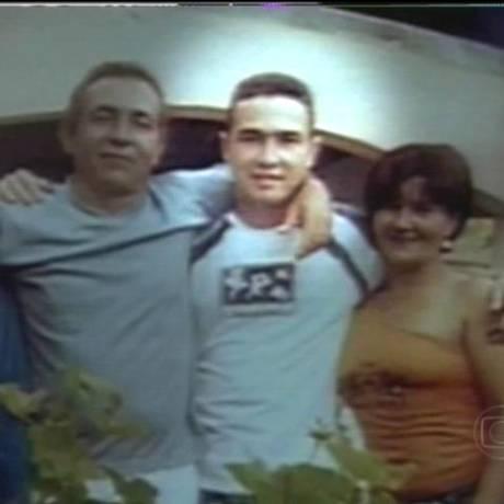 Em 2005, Jean Charles com parentes: brasileiro morto por engano pela polícia inglesa Foto: Reprodução