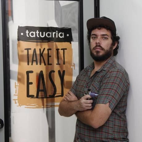 Take it Easy. Felipe Veríssimo na tatuaria que abriu há cerca de um mês em Vila Isabel, bairro onde mora Foto: Agência O Globo / Eduardo Naddar