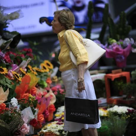Consumidora compra flores no Rio Foto: Dado Galdieri/9-5-2015 / Bloomberg News