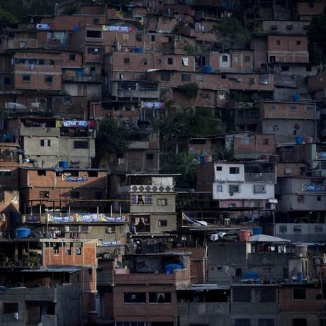 Favela na região de Petare , em Caracas. Segundo estudo, até o final deste ano, Venezuela pode ter mais de 10 milhões de pessoas na faixa de pobreza Foto: AP / Ariana Cubillos