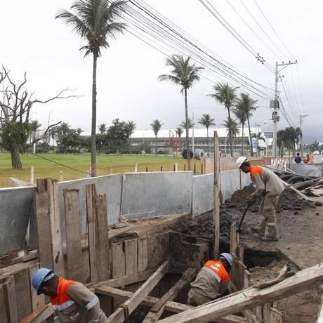 Operários instalam cabos de fibra ótica na Avenida Embaixador Abelardo Bueno Foto: Eduardo Naddar / Agência O Globo