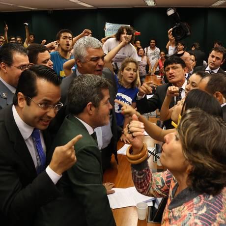 O presidente da comissão, deputado André Moura (PSC-SE), pediu que a segurança legislativa retirasse os manifestantes da sala Foto: Ailton de Freitas / Agência O Globo