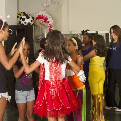 Bia Oliveira dirigindo a aula de teatro para crianças Foto: Bia Guedes:Bianca Guedes / Bia Guedes