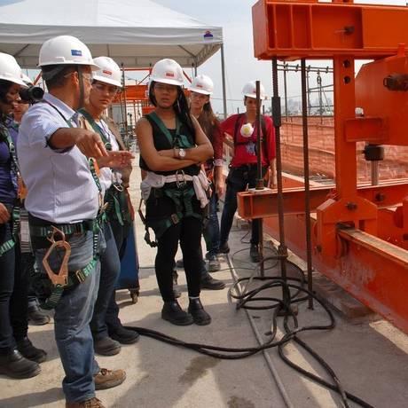 Conhecimento. Futuros engenheiros visitam obras do Elevado do Joá Foto: Divulgação/Elisa Ramos
