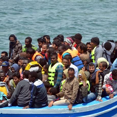 Imigrantes chegam ao porto de Ben Guerdane Foto: FETHI NASRI / AFP