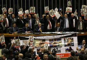 Parlamentares das bancadas católicas e evangélicas manifestam no plenário da Câmara contra o uso de símbolos religiosos em parada gay realizada no fim de semana em São Paulo Foto: Ailton de Freitas
