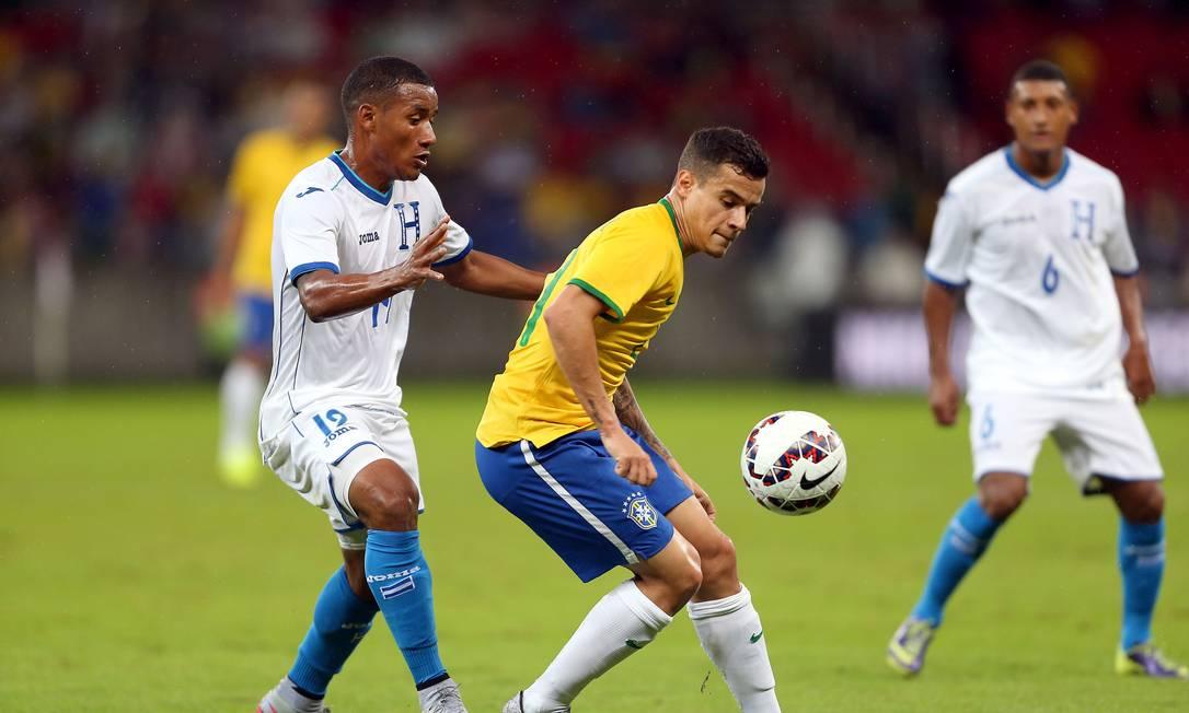 Coutinho sofre a marcação de Garrido no Beira-Rio JEFFERSON BERNARDES / AFP