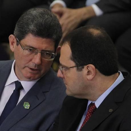 O ministro Joaquim Levy, ao lado do ministro Nelson Barbosa, no anúncio da nova etapa do Programa de Investimento em Logística na terça-feira Foto: Givaldo Barbosa / Agência O Globo