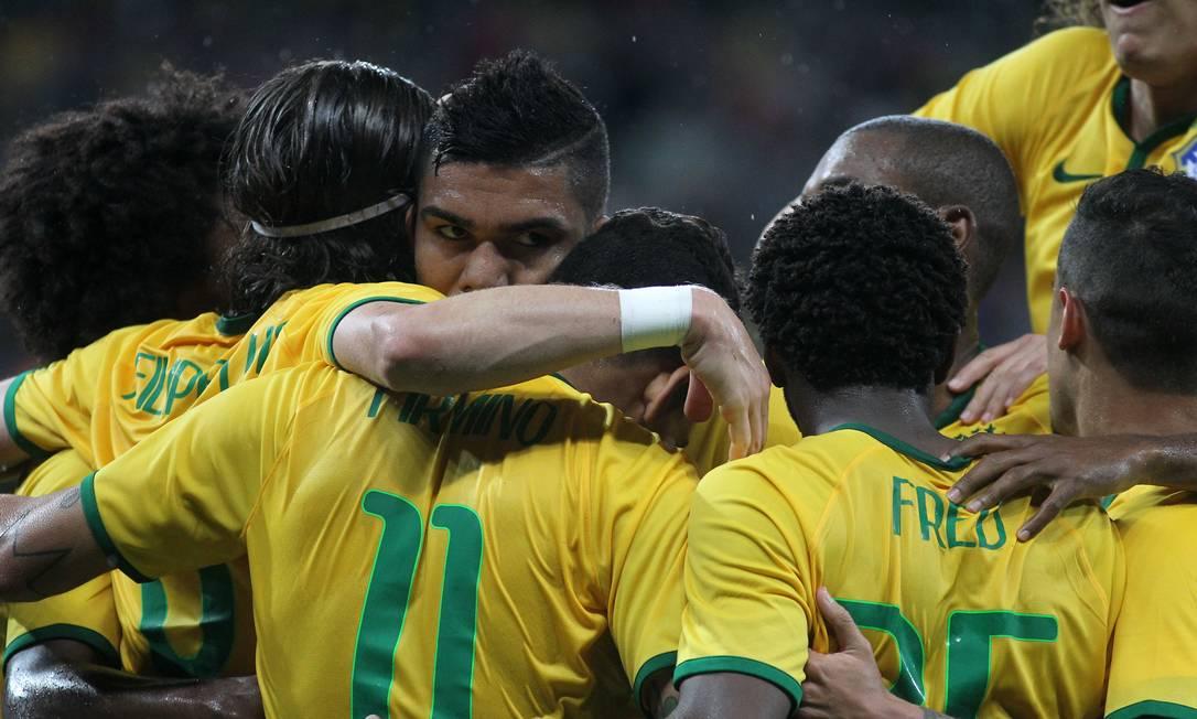 Número 11, Firmino é abraçado ao abrir o placar no Beira-Rio Nabor Goulart / AP