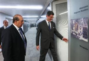 Joaquim Levy é recebido pelo ministro do Tribunal de Contas da União (TCU), Augusto Nardes, responsável pela aprovação ou não das contas do governo Foto: ANDRE COELHO
