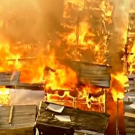 Incêndio atinge barracos no Bairro do Limão, na Zona Norte de São Paulo Foto: Reprodução Globo News