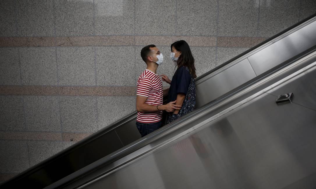 Até o namoro está impactado pela MERS na Coreia do Sul: só de máscara KIM HONG-JI / REUTERS