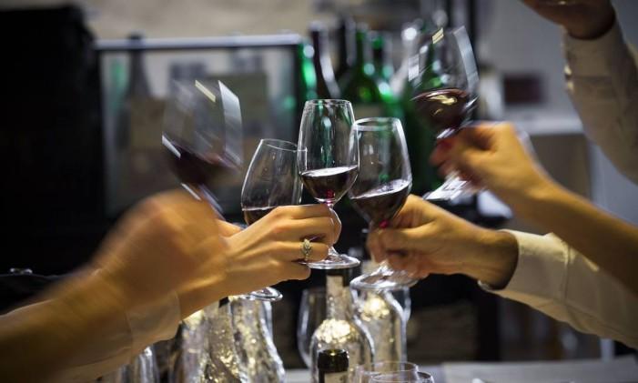 Confraternização com vinho Foto: Nelson Garrido/ Acervo O Globo