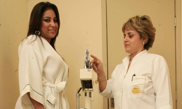 Atriz Desireé Oliveira, em uma consulta na clínica para tratamento para emagrecer Foto: Marcelo Franco / Agência O Globo
