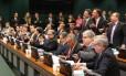 Deputados protestam durante sessão, enquanto outros aplaudem