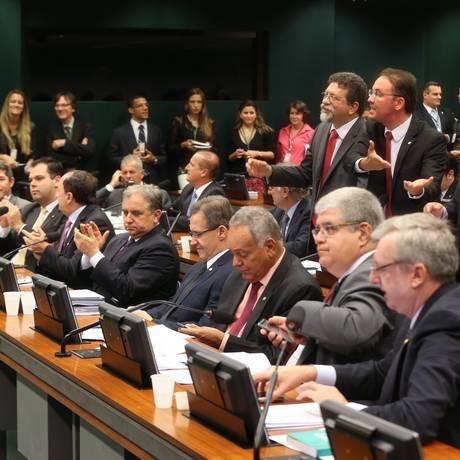 Deputados protestam durante sessão, enquanto outros aplaudem Foto: ANDRE COELHO / Agência O Globo