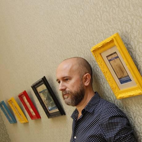 Luiz Sisinno. Artista relaciona fotos antigas com textos atuais Foto: Eduardo Naddar / Agência O Globo