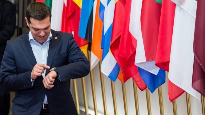 O premier grego, Alexis Tsipras, olha o relógio ao chegar para reuniões em Bruxelas Foto: Geert Vanden Wijngaert / AP