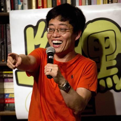 O comediante Joe Wong se apresenta em uma livraria de Pequim. Segundo ele, o stand-up comedy está crescendo na China, mas ainda precisa de mais humoristas Foto: AP / Mark Schiefelbein