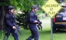 Agentes vasculham áreas onde escolas e rodovias foram fechadas, em Dannemora Foto: Rob Fountain / AP